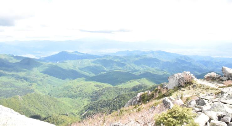 長野・山梨県境の金峰山から山梨県側を望む山岳地帯。一帯がエコパークの対象地域となった=17日、金峰山頂