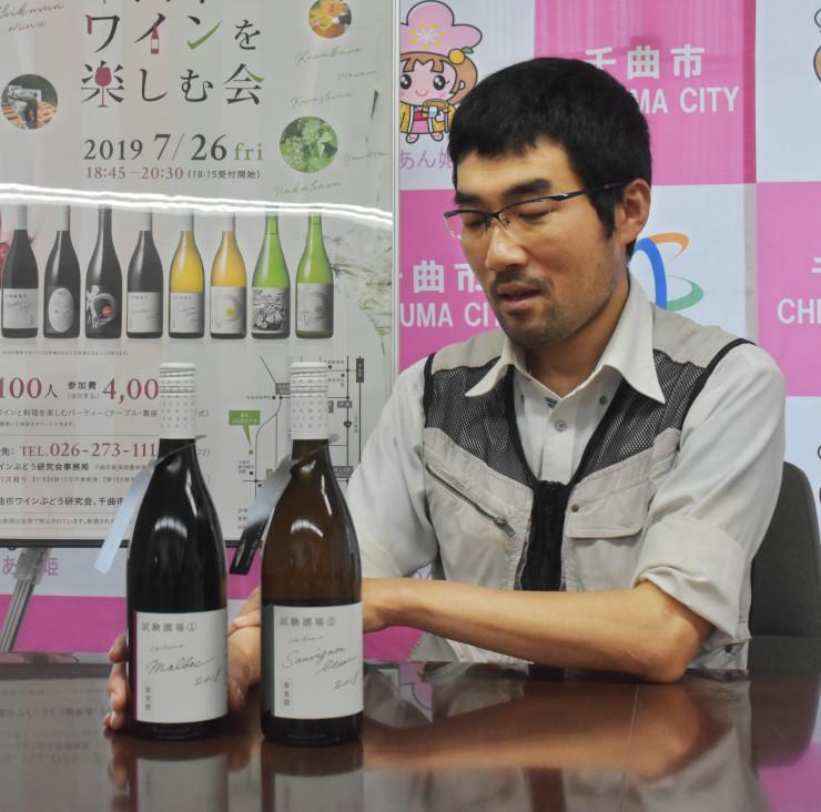 初めて造った白ワイン(右)と赤ワインを並べそれぞれの特徴を話す北沢さん