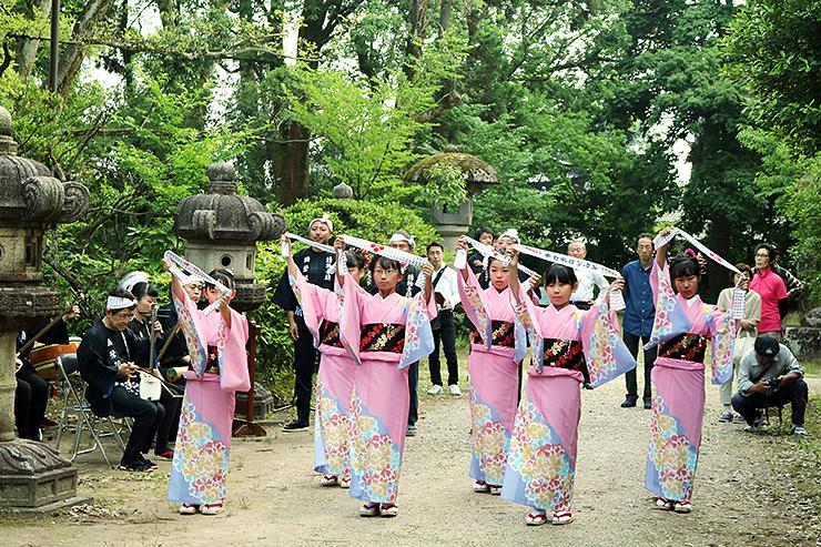 前田利長墓所前で弥栄節に合わせて踊りを奉納する子どもたち=高岡市関