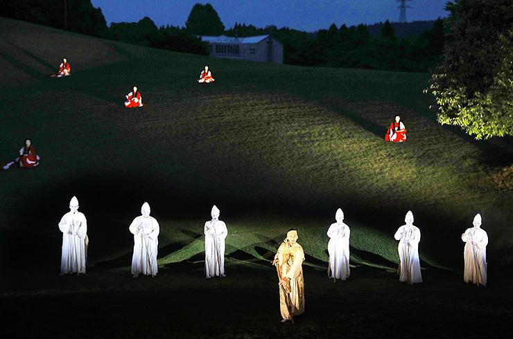 芝生の斜面を生かした野外ステージで演じられた「ディオニュソス」=前沢ガーデン野外ステージ