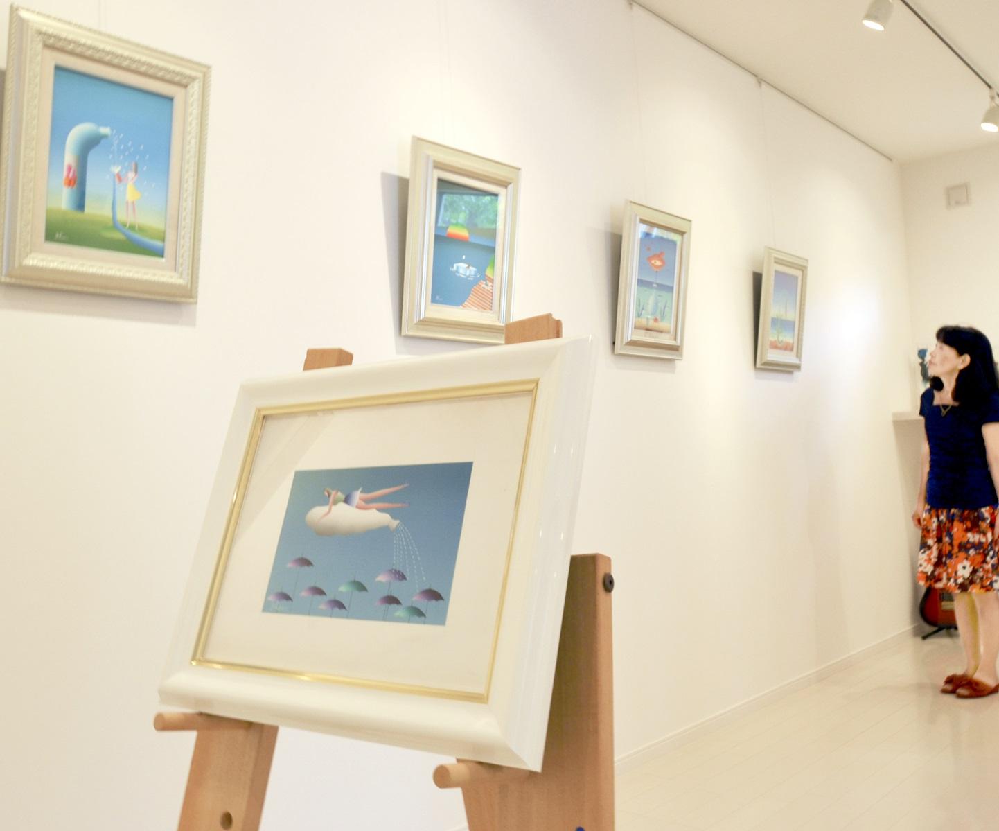 色鮮やかで真夏の陽気を思わせる久里さんの作品展=福井県鯖江市糺町のギャラリーK