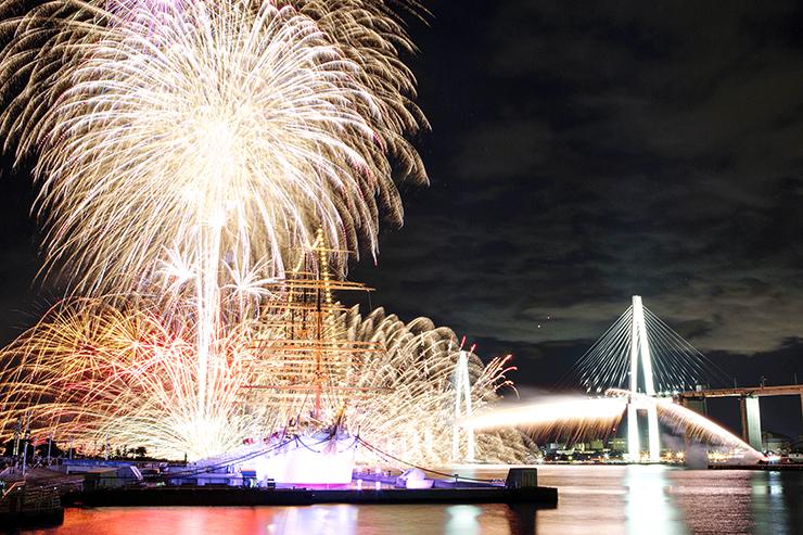 夏の夜空を鮮やかに彩る富山新港花火大会