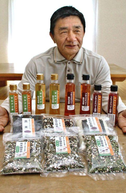 奥阿賀創生事業が地場産食材で開発したブラックフーズなどの商品=阿賀町八ツ田