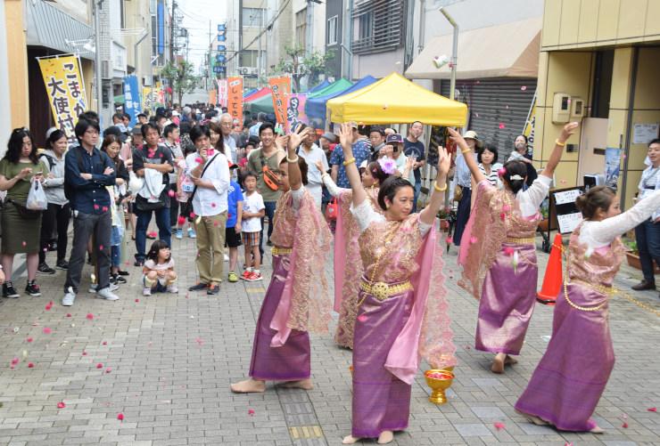 タイの伝統的な踊りを観賞する来場者ら