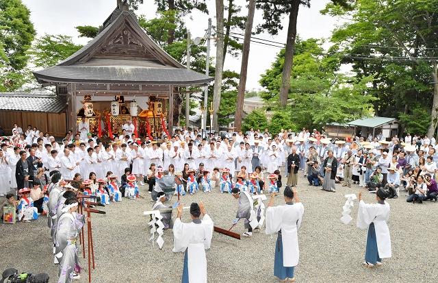 6年に一度開かれる高浜七年祭の開幕を告げるお田植え神事=6月23日、福井県高浜町宮崎の佐伎治神社