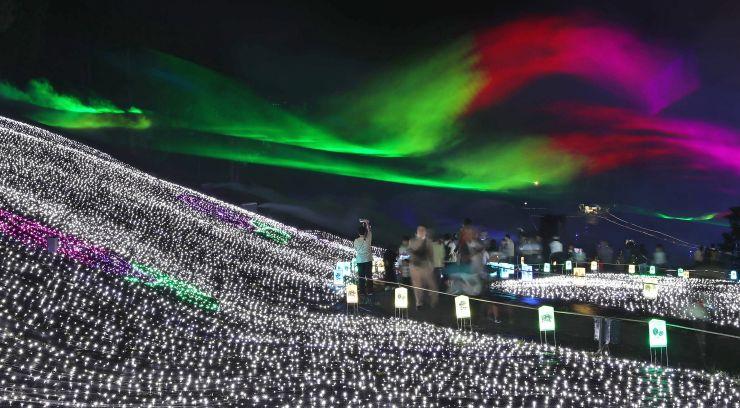 さまざまな光の演出が夜を彩る「アパリュージョン」=22日、妙高市