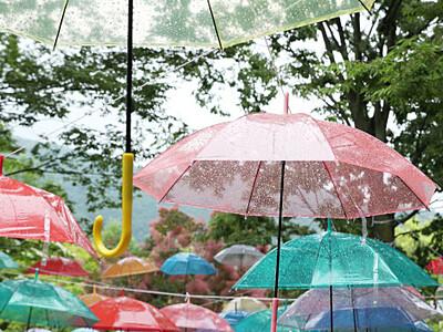 見上げる傘、梅雨楽しむ 須坂の「湯っ蔵んど」