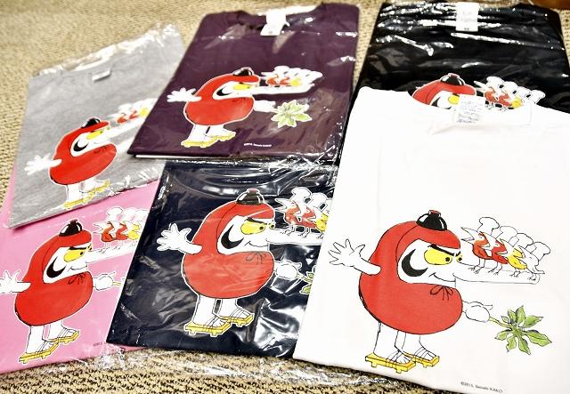加古里子さんの人気キャラクターが競演したTシャツ=6月22日、福井県越前市のかこさとしふるさと絵本館