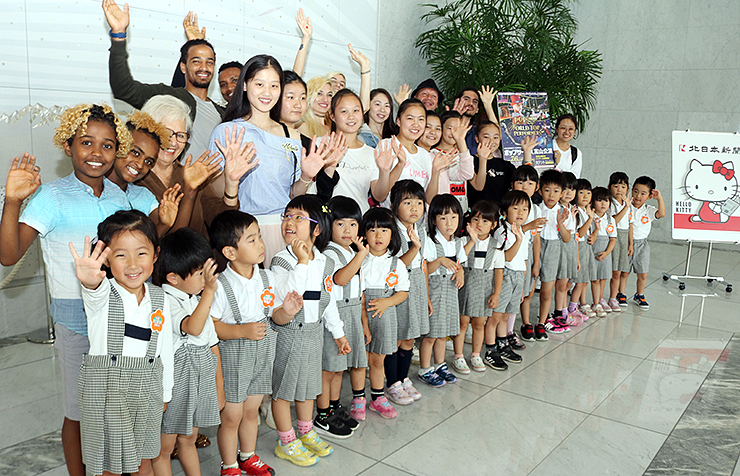 ポップサーカス富山公演に出演するパフォーマーと交流する園児=北日本新聞社