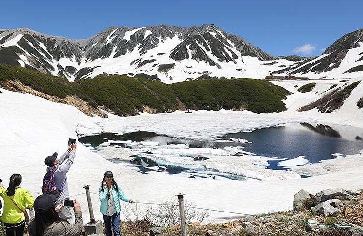 くっきりと見渡せた雄山(奥)と雪解けが進むみくりが池=立山・室堂付近
