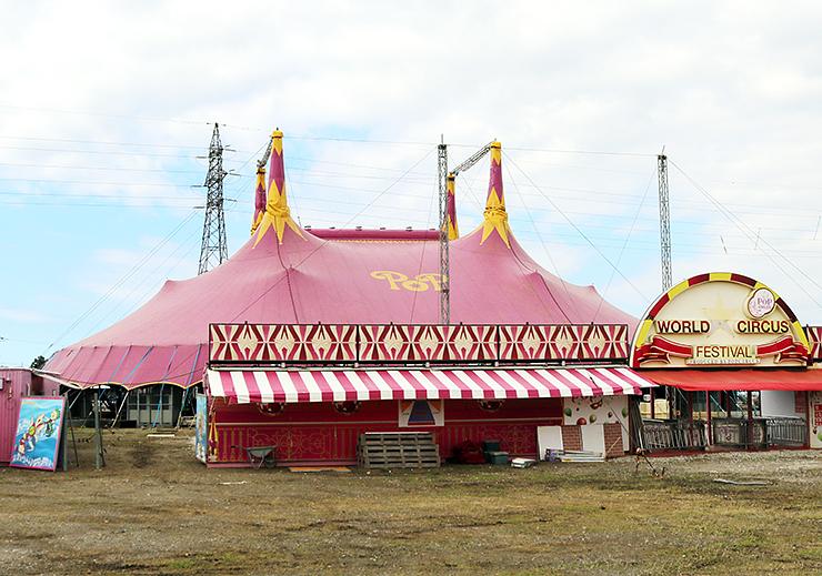 ポップサーカスの会場となるピンクの特設テント=富山市下飯野の富山市民球場駐車場