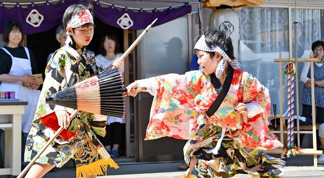西山の太刀振り「日傘振り」で、迫力の演舞を見せた子どもたち=6月25日、福井県高浜町宮崎