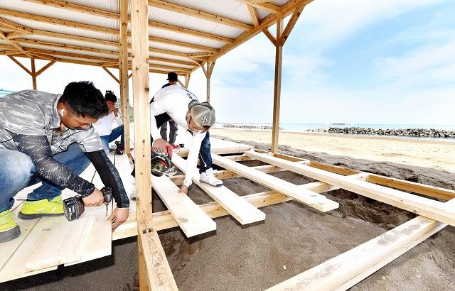 海開きを前に設営が進む浜茶屋=6月26日、福井県福井市の鷹巣海水浴場