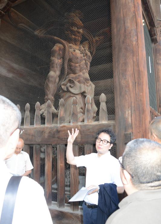 善光寺の仁王像(奥)。金具で背中が壁に固定されている以外は、ほぼ自立していることが分かった=26日