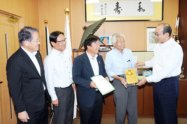 田中市長(右)に受賞を報告する(左から)古軸市議、山口さん、山下さん、松平さん