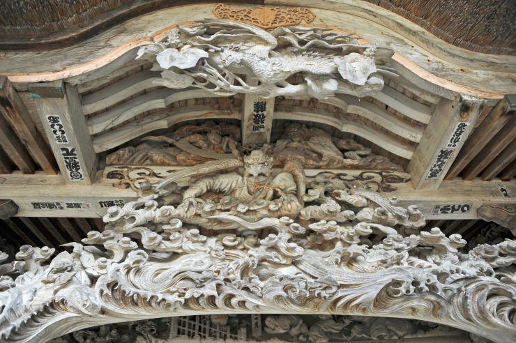赤城山西福寺開山堂にある石川雲蝶の作品。中央に烏天狗を配している=魚沼市(中島すい子さん提供)
