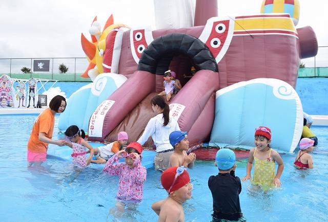 アニメにちなんだプールを楽しむ園児=6月28日、福井県坂井市の芝政ワールド