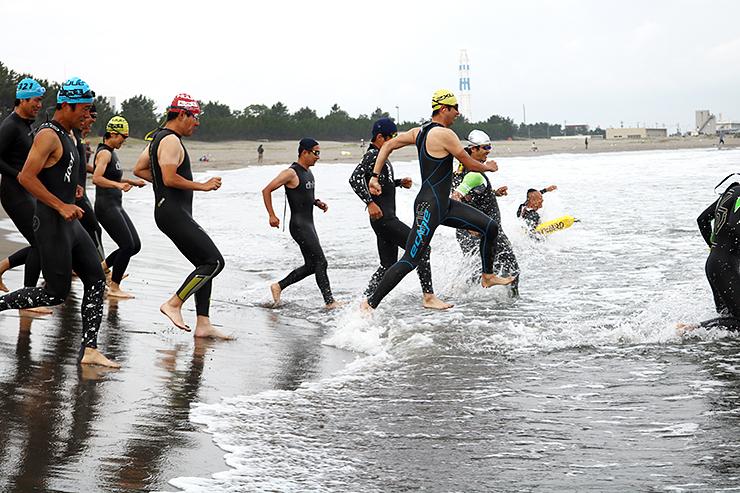 OWSの富山大会の開催に向け、岩瀬浜で練習する参加者