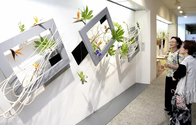 風景や動物の水墨画が並ぶ墨映会の作品展=福井県福井市の福井県済生会病院