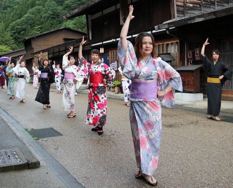 撮影に参加し、奈良井宿でフラメンコを踊る信大生ら