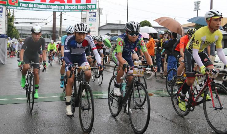 雨の中、勢いよくスタートを切る選手たち