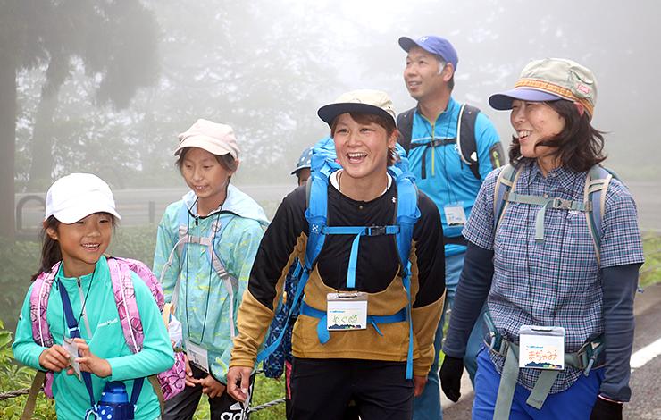 子どもたちを案内する酒井さん(左から3人目)=6月23日、立山・美女平周辺