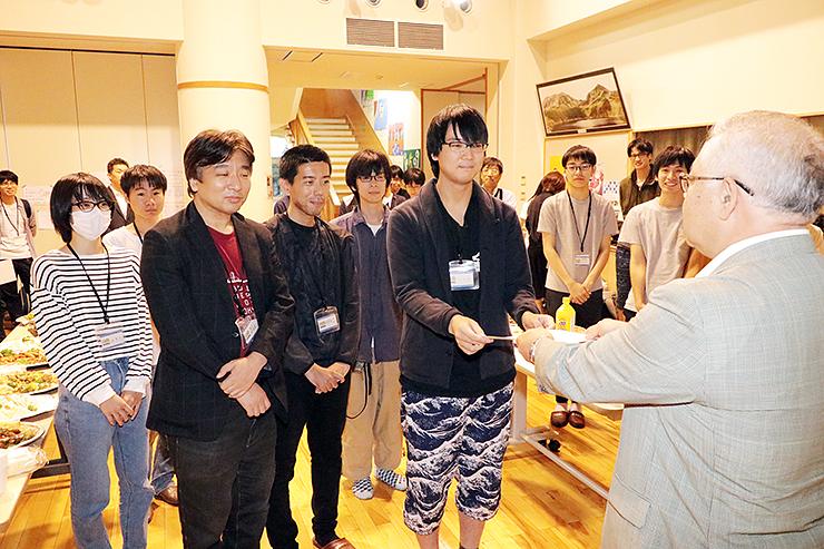 清水校長(右)から表彰状を受け取るグランプリのチーム