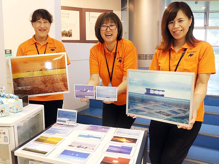 昨年の入賞作品を紹介する魚津埋没林博物館の職員