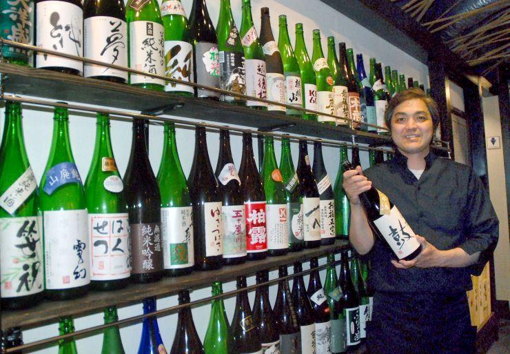 県内全酒蔵の純米酒をそろえた「新潟地酒BASE膳」=新潟市中央区