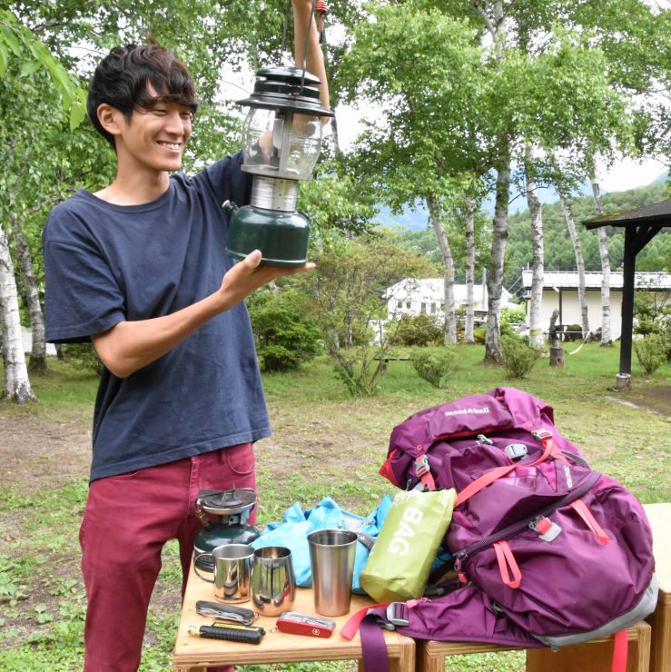 ランプや食器など、フリーマーケットに出品してほしいアウトドア用品を紹介する滝浪さん