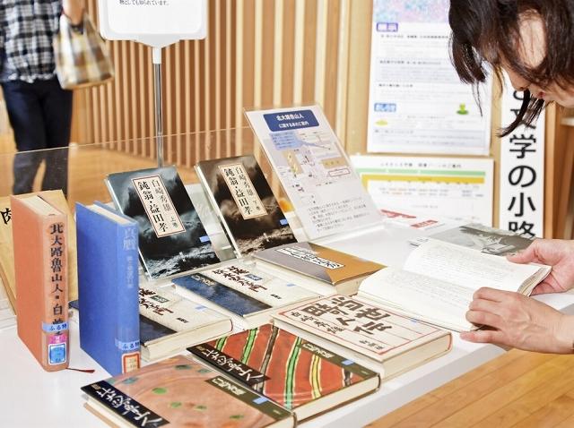 北大路魯山人を世に広めた故白崎秀雄さんの著作が並ぶ特集コーナー=23日、福井市の県ふるさと文学館