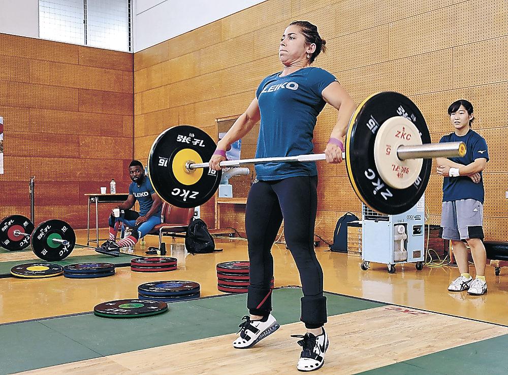 練習に励むフランスのウエイトリフティング選手=金沢市総合体育館