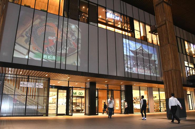 JR長野駅の駅舎壁面に投影された岩松院や善光寺の映像