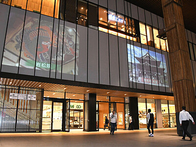 夜の長野駅に観光案内投影 アルクマがバスで巡り紹介