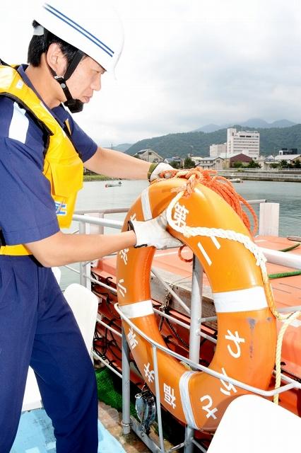 救命設備を調べる小浜海上保安署員=7月4日、福井県小浜市川崎1丁目