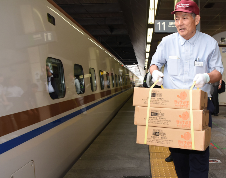 JR長野駅で新幹線「あさま」に運び込まれる箱詰めのアンズ