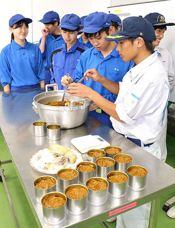 イノシシ肉のチャーシューと氷見カレーの缶詰を試作する生徒