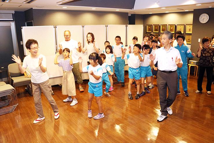 射水市のじた保存会員からのじた踊りを教わる住民