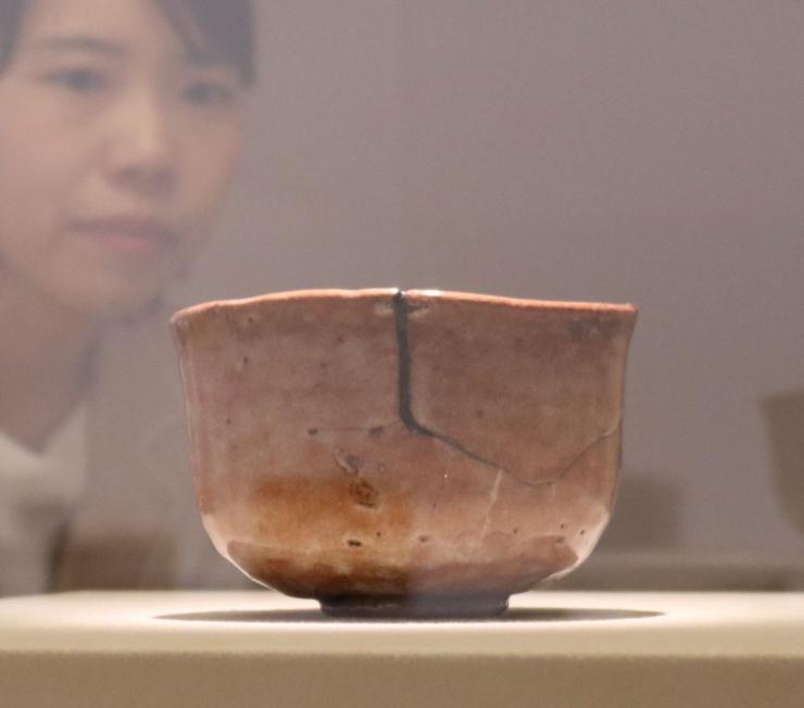 初めて一般公開する本阿弥光悦作の「赤楽茶碗銘障子」。日にかざすと光が透けるように見える