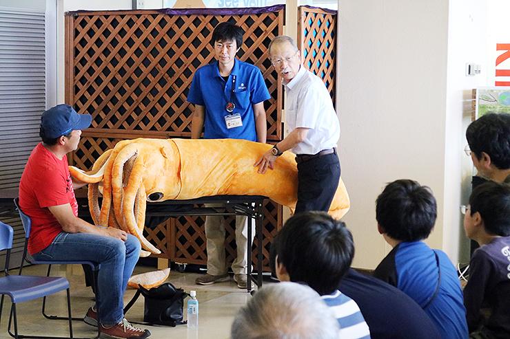 イカの縫いぐるみを使って体の仕組みを説明する窪寺さん(右)