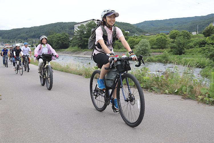 辰野町内を巡りながらサイクリングを楽しむ参加者ら