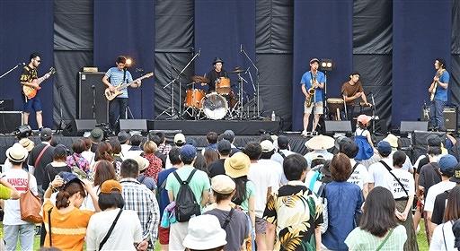 ワンパークフェスティバルで熱のこもった演奏をする県内バンドの「ヘンデカゴン」=7月7日、福井県福井市中央公園