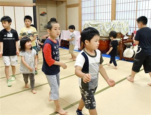本陣前で披露する「金津音頭」を練習する六日区の子どもたち=7月6日夜、福井県あわら市六日区民館