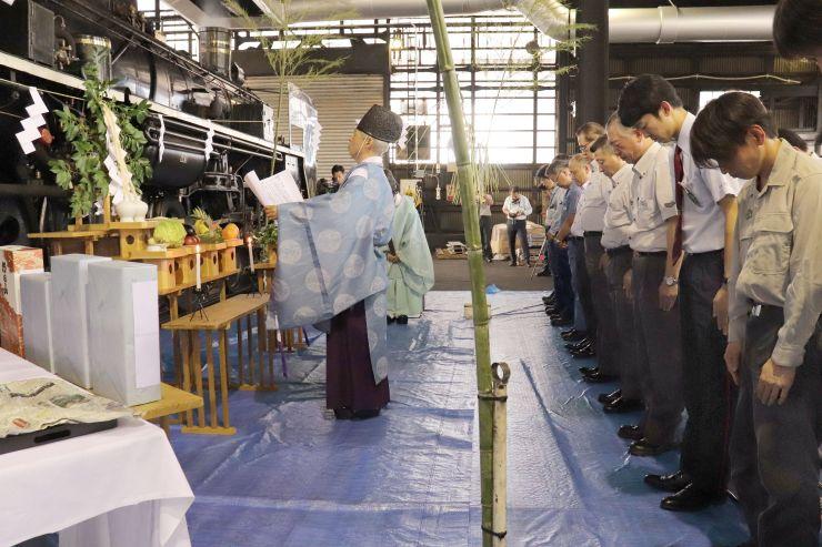27日の運行再開を前に行われた「SLばんえつ物語」号の安全祈願=8日、新潟市秋葉区