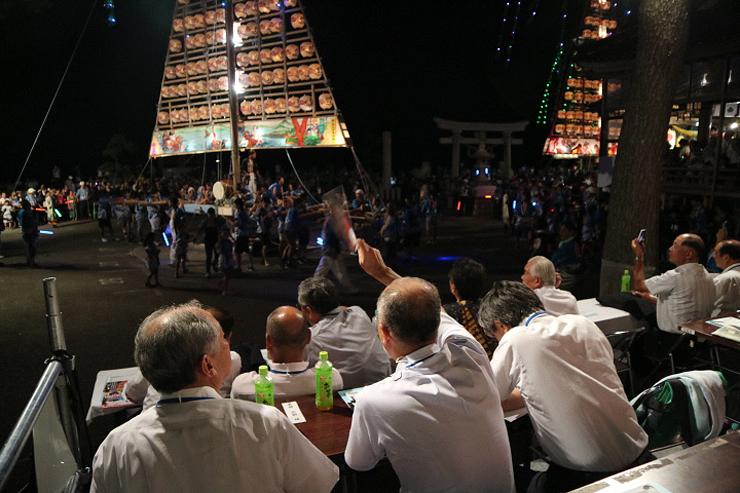 過去に設けられた特別観覧席でたてもん祭りを見物する利用者