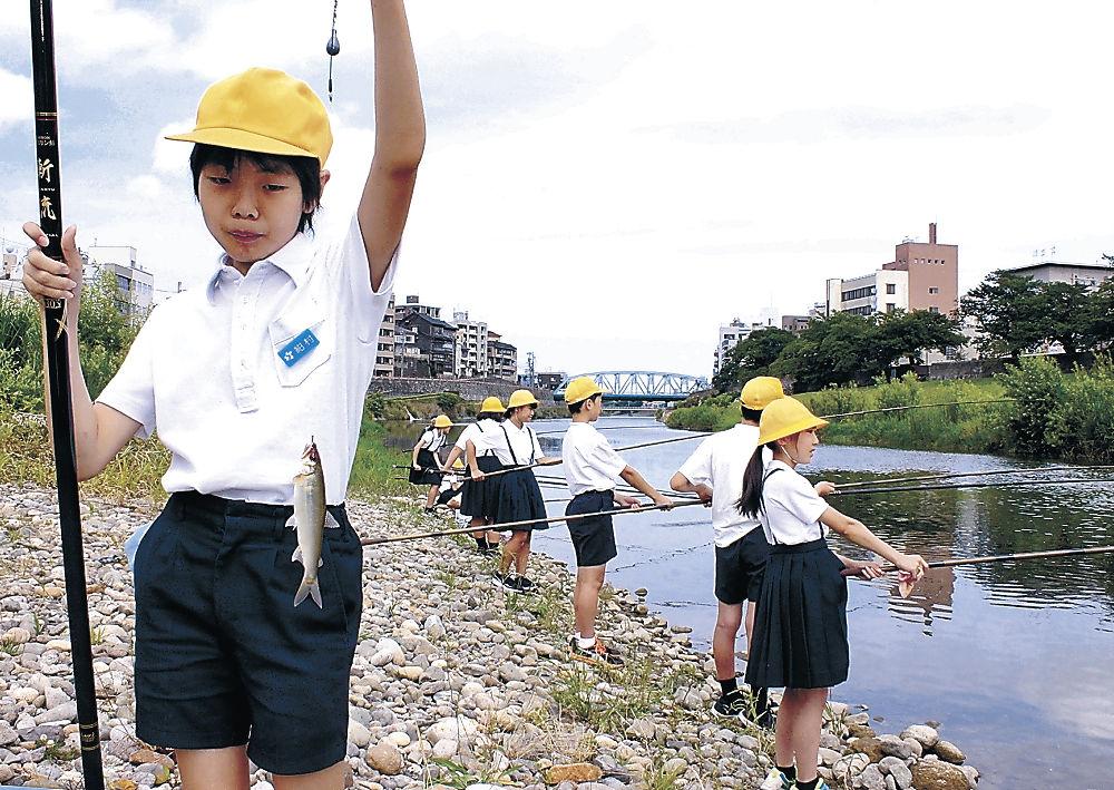 釣り上げたアユを見せる児童=清川町