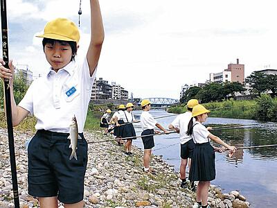 加賀毛針で釣り 犀川で児童がアユ釣り挑戦