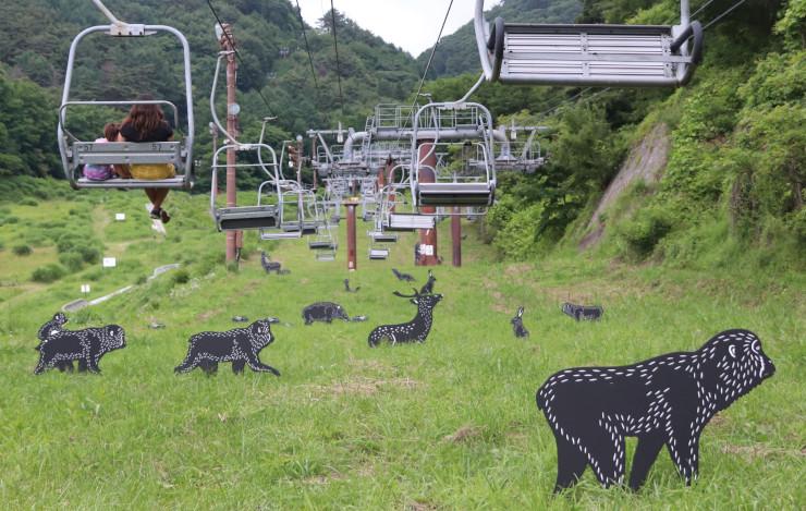 ゴンドラリフト下の草むらに並ぶ動物の切り絵パネル