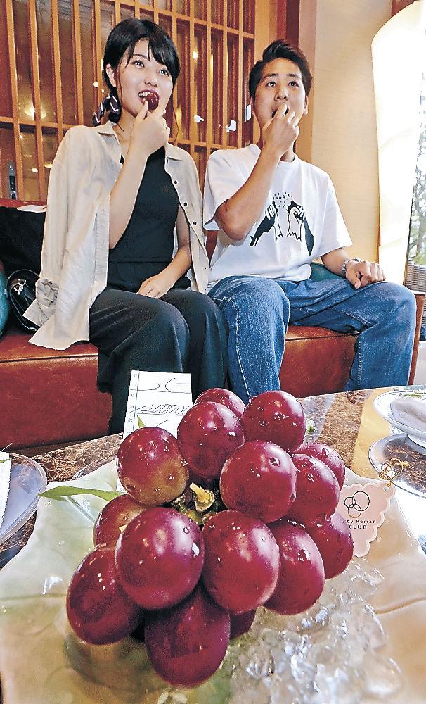 ルビーロマンを味わう宿泊客=金沢市湯涌温泉の旅館