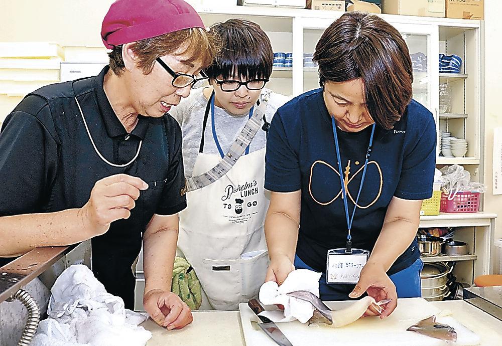 スルメイカを調理する参加者=能登町小木地区活性化センター